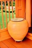 Δοχείο βάζων στο ταϊλανδικό σπίτι Στοκ εικόνες με δικαίωμα ελεύθερης χρήσης