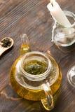Δοχείο γυαλιού με το πράσινο τσάι Στοκ Εικόνες