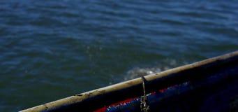 Δοχείο καβουριών που ωθείται πέρα από την πλευρά της βάρκας απόθεμα βίντεο