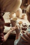 Δοχείο και παππούδες και γιαγιάδες αργίλου ζωγραφικής κοριτσιών που βοηθούν στο εργαστήριο Στοκ φωτογραφίες με δικαίωμα ελεύθερης χρήσης