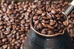 Δοχείο καφέ ορείχαλκου και φασόλια καφέ γύρω Στοκ φωτογραφία με δικαίωμα ελεύθερης χρήσης