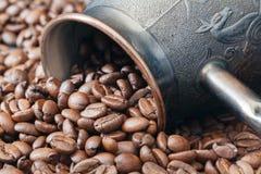 Δοχείο καφέ ορείχαλκου στα ψημένα φασόλια Στοκ εικόνα με δικαίωμα ελεύθερης χρήσης