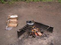 Δοχείο μαγείρων πέρα από την ανοικτή πυρά προσκόπων Στοκ Φωτογραφία