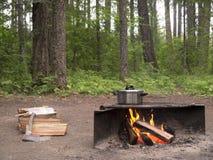 Δοχείο μαγείρων πέρα από την ανοικτή πυρά προσκόπων Στοκ Εικόνες