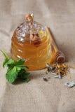 Δοχείο μελιού και βοτανικό τσάι Στοκ Εικόνα