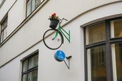 Δοχείο με τα λουλούδια με μορφή ποδηλάτου Ποδήλατο με το δημιουργικό urbanism πόλεων σχεδίου λουλουδιών στοκ εικόνα