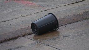 Δοχείο σκουπιδιών που αναποδογυρίζεται κατά τη διάρκεια του βροχερού θυελλώδους καιρού Ζημία μετά από τη θύελλα απόθεμα βίντεο
