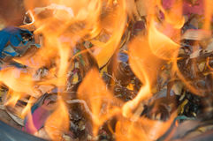 Δοχείο σκουπιδιών στην πυρκαγιά Στοκ εικόνα με δικαίωμα ελεύθερης χρήσης