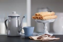 Δοχείο τσαγιού με τα γλυκά στοκ φωτογραφία με δικαίωμα ελεύθερης χρήσης