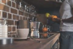 Δοχείο φλυτζανιών και καφέ στον πίνακα κουζινών Στοκ εικόνα με δικαίωμα ελεύθερης χρήσης