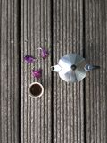 Δοχείο Moka και ένα φλιτζάνι του καφέ Στοκ φωτογραφία με δικαίωμα ελεύθερης χρήσης