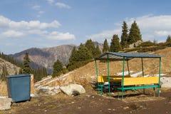 Δοχείο Wheelie με ένα gazebo στα βουνά Στοκ Φωτογραφίες