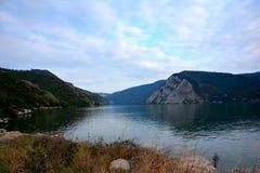 Δούναβης, κοντά Portile de Fier επάνω από το φωτεινό ήρεμο να επιθυμήσει σύννεφων πόλεων σκοτεινό βραδιού ηλιοβασίλεμα φωτός του  Στοκ εικόνες με δικαίωμα ελεύθερης χρήσης