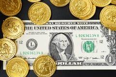 Δολάρια ένα και χρυσά νομίσματα Στοκ φωτογραφίες με δικαίωμα ελεύθερης χρήσης