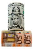 Δολάρια και ευρώ νομίσματος που κυλιούνται στο άσπρο υπόβαθρο Στοκ φωτογραφία με δικαίωμα ελεύθερης χρήσης