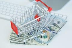 Δολάρια και κάρρο αγορών σε ένα πληκτρολόγιο υπολογιστών Στοκ εικόνα με δικαίωμα ελεύθερης χρήσης