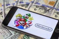 Δολάρια και iPhone της Apple 6s με τον έξοχο αριθμό του Mario Bros charact Στοκ εικόνα με δικαίωμα ελεύθερης χρήσης