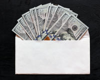 Δολάρια σε έναν άσπρο φάκελο Αμερικανικά χρήματα, νόμισμα στοκ εικόνα