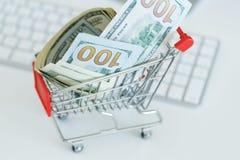 Δολάρια στο κάρρο αγορών σε ένα πληκτρολόγιο υπολογιστών Στοκ φωτογραφίες με δικαίωμα ελεύθερης χρήσης