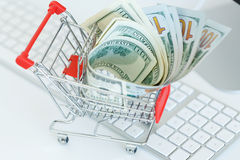 Δολάρια στο κάρρο αγορών σε ένα πληκτρολόγιο υπολογιστών Στοκ Εικόνες