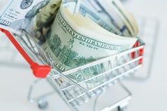 Δολάρια στο κάρρο αγορών σε ένα πληκτρολόγιο υπολογιστών Στοκ φωτογραφία με δικαίωμα ελεύθερης χρήσης