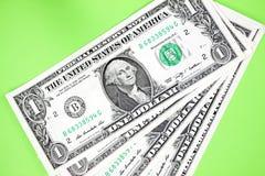 Δολάρια στο πράσινο backgroudn Στοκ φωτογραφία με δικαίωμα ελεύθερης χρήσης