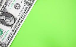 Δολάρια στο πράσινο backgroudn Στοκ Φωτογραφίες