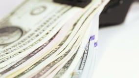 Δολάρια σωρών με το συνδετήρα απόθεμα βίντεο