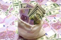 Δολάριο και ευρο- λογαριασμοί στην άσπρη τσάντα Στοκ Εικόνες