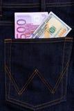 Δολάριο και ευρο- τραπεζογραμμάτια στην τσέπη τζιν Στοκ φωτογραφία με δικαίωμα ελεύθερης χρήσης