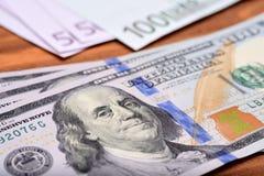Δολάριο και ευρο- τραπεζογραμμάτια στον ξύλινο πίνακα Στοκ εικόνα με δικαίωμα ελεύθερης χρήσης