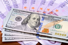 Δολάριο και ευρο- τραπεζογραμμάτια στον ξύλινο πίνακα Στοκ φωτογραφία με δικαίωμα ελεύθερης χρήσης