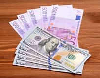 Δολάριο και ευρο- τραπεζογραμμάτια στον ξύλινο πίνακα Στοκ φωτογραφίες με δικαίωμα ελεύθερης χρήσης