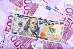 Δολάριο και ευρο- τραπεζογραμμάτια στον πίνακα Στοκ Εικόνα