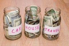 Δολάριο στο βάζο γυαλιού με το σπίτι, αυτοκίνητο, εκπαίδευση, γάμος, ετικέτα ταξιδιού, Στοκ φωτογραφία με δικαίωμα ελεύθερης χρήσης