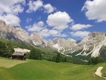 Δολομίτες Ιταλία ουρανού βουνών κοιλάδων σπιτιών Στοκ φωτογραφία με δικαίωμα ελεύθερης χρήσης