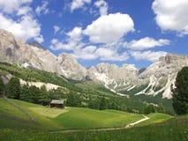 Δολομίτες Ιταλία ουρανού βουνών κοιλάδων σπιτιών Στοκ εικόνα με δικαίωμα ελεύθερης χρήσης