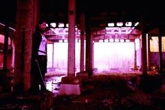 Δολοφόνος γυναικών που κρατά το ιαπωνικό ξίφος σε ένα μετα-apocalyptical τοπίο Στοκ Φωτογραφίες