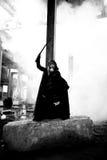 Δολοφόνος γυναικών που κρατά το ιαπωνικό ξίφος σε ένα μετα-apocalyptical τοπίο Στοκ Εικόνες