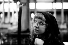 Δολοφόνος γυναικών που κρατά το ιαπωνικό ξίφος σε ένα μετα-apocalyptical τοπίο Στοκ εικόνες με δικαίωμα ελεύθερης χρήσης