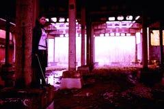 Δολοφόνος γυναικών που κρατά το ιαπωνικό ξίφος σε ένα μετα-apocalyptical τοπίο Στοκ Εικόνα