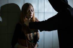 Δολοφόνος με το μαχαίρι και φοβησμένη γυναίκα Στοκ εικόνα με δικαίωμα ελεύθερης χρήσης