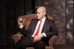 Δολοφόνος στο κοστούμι και δεσμός έτοιμος να τραβήξει μια καρφίτσα χειροβομβίδων Στοκ Φωτογραφία