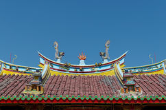 Δράκοι και βολίδα στη στέγη Vihara Βούδας Prabha, Yogyakarta Στοκ φωτογραφία με δικαίωμα ελεύθερης χρήσης