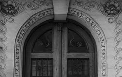 Δράκοι σιδήρου στην κύρια ξύλινη πόρτα Στοκ φωτογραφία με δικαίωμα ελεύθερης χρήσης