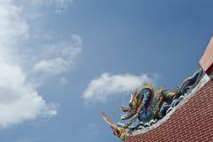 Δράκος που φρουρεί τη στέγη ενός κινεζικού ναού στοκ εικόνα με δικαίωμα ελεύθερης χρήσης