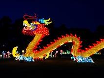 Δράκος στα κύματα στο κινεζικό φεστιβάλ φαναριών στοκ φωτογραφίες