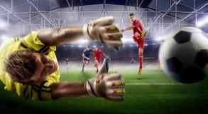 Δράση ποδοσφαίρου στον τρισδιάστατο αγωνιστικό χώρο οι ώριμοι φορείς παλεύουν για τη σφαίρα στοκ εικόνες