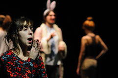 Δράστες του ιδρύματος θεάτρων της Βαρκελώνης, παιχνίδι στην κωμωδία Shakespeare για τους ανώτερους υπαλλήλους στοκ φωτογραφίες με δικαίωμα ελεύθερης χρήσης
