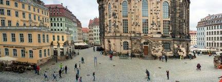 Δρέσδη, Γερμανία, στις 10 Ιουλίου 2018 Οι μη αναγνωρισμένοι τουρίστες επισκέπτονται το παλαιό ιστορικό μέρος της πόλης στοκ φωτογραφία